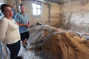 Archeológovia, ktorý objavili mincu z čias Ríma.