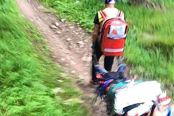 Záchrana zraneného muža.