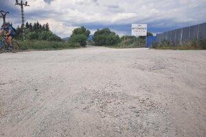 Dezolátny stav cesty komplikuje aj príjazd k začiatku cyklotrasy v Kline.