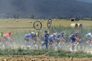 Cyklisti počas Strade Bianche 2020.