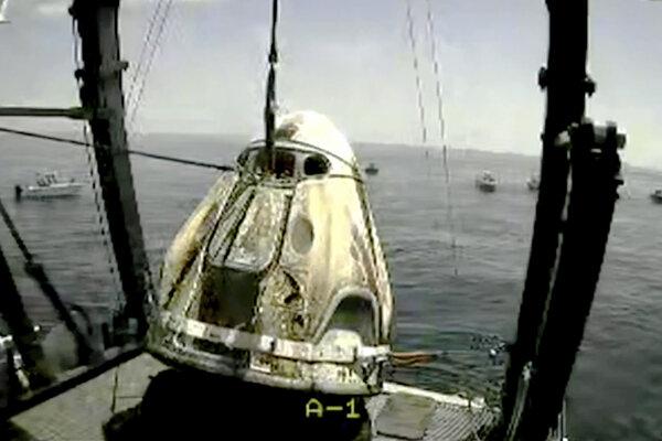 Pristávací modul pláva vo vodách Mexického zálivu pri pobreží Floridy.