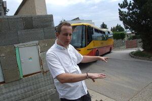 Autobus prichádza z Metodovej na Hornozoborskú.