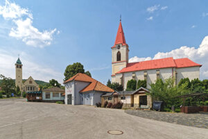 Farský kostol sv. Mikuláša a evanjelický kostol v pozadí.