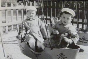 Bratia Kolárovci na železnej hojdačke lodička.