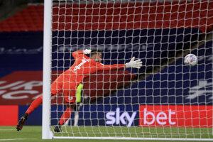 David Raya dostáva gól v zápase Fulham - Brentford.