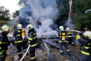 Likvidácia požiaru dala hasičom zabrať.