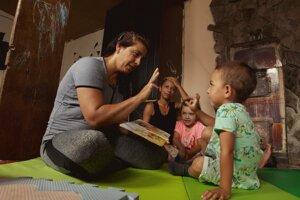 Omama Viera Kováčová robí individuálne domáce lekcie pre pätnásť malých detí z chudobných rodín. Ukazuje mamám, ako môžu svoje deti rozvíjať.