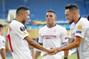Futbalisti FC Sevilla po strelení gólu.