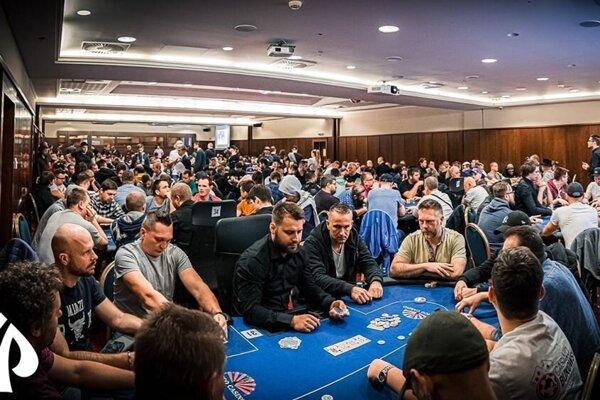 Záber z minuloročného turnaja v pokri.