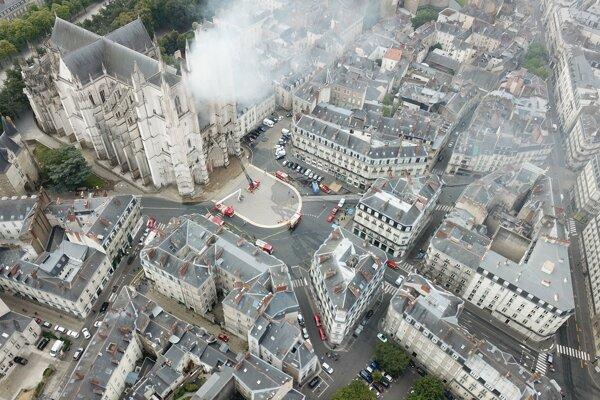 Horiaca katedrála v Nantes.