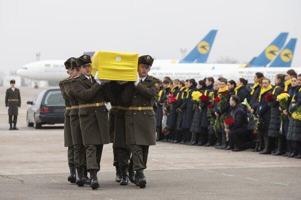 Členovia čestnej stráže nesú rakvu s telesnými pozostatkami jednej z 11 ukrajinských obetí havarovaného ukrajinského dopravného lietadla letu PS752, ktoré sa 8. januára zrútilo na predmestí Teheránu Šahedšáhr.