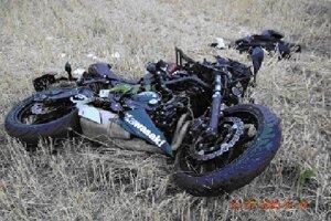 Nehoda pri Dargove. Vodič motorky zomrel, spolujazdkyňa sa ťažko zranila.
