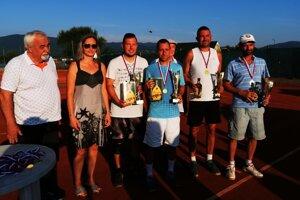 Záverečný ceremoniál 7. ročníka tenisového turnaja amatérov v Čani s oboma pármi finalistov, so starostom Jánom Rečkom a s vdovou po Viktorovi Janotkovi pani Janou.