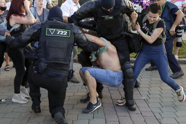 Protesty v Bielorusku polícia násilím potláča.