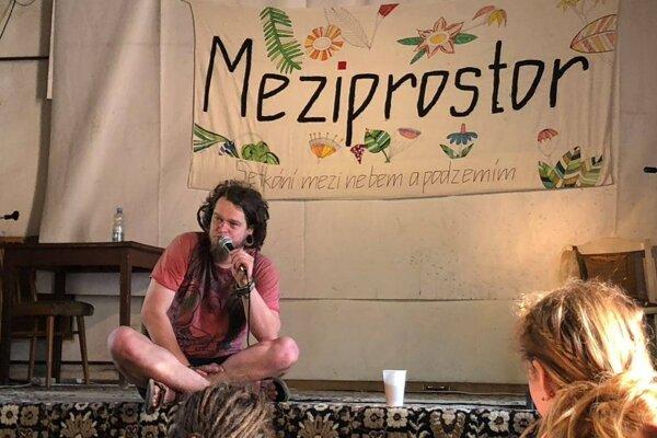 Samuel Szabó verejne vystupuje, venuje sa tvorbe a pozorovaniu všetkého. Používa umelecké meno Samčo, brat dážďoviek.