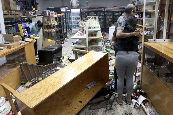 Yogi Dalal objíma svoju dcéru Jigishu po vyrabovaní ich obchodu s potravinami a alkoholom.