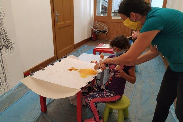 Deti si vďaka projektu vyskúšajú nové výtvarné techniky.