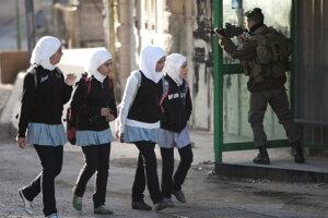Školáčky zo západného brehu Jordánu žijú v nepokojnej oblasti. Vypätá situácia mala vplyv aj na šírenie epidémie, ktorú nazvali dženínsky syndróm.