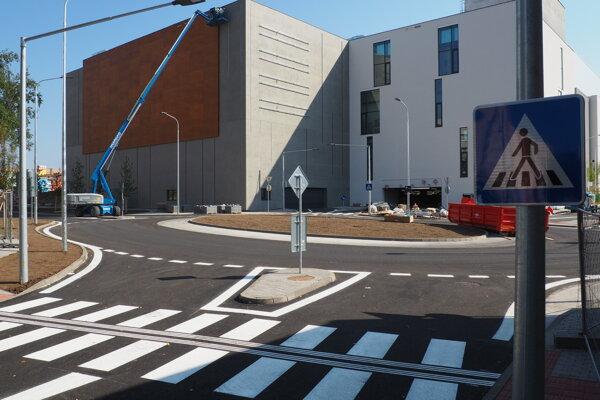 Vynovená cesta v okolí obchodného centra Forum.