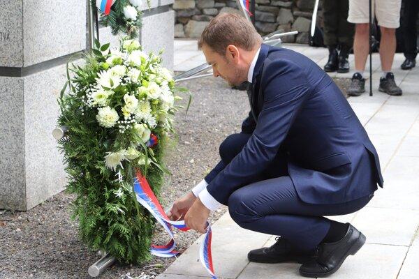 Premiér Igor Matovič kladie veniec počas pietnej spomienky pri príležitosti 75. výročia vypálenia obce Kalište.