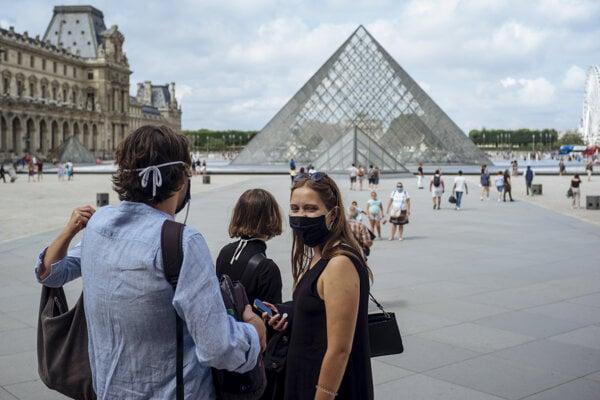 Na niektorých miestach vo Francúzsku sú rúška povinné už aj vonku.