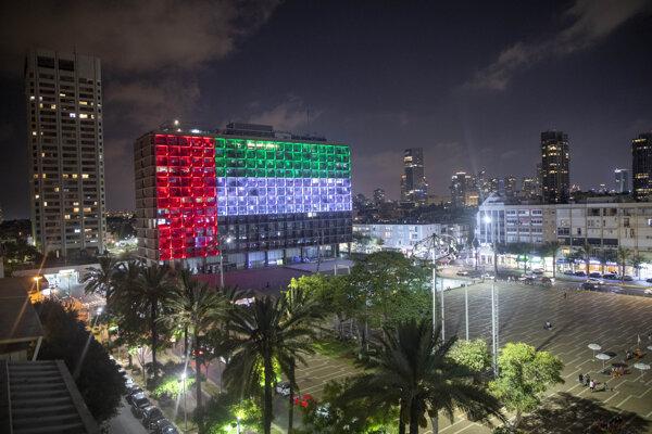 Mestská radnica v Tel Avive nasvietená do farieb vlajky Spojených arabských emirátov.