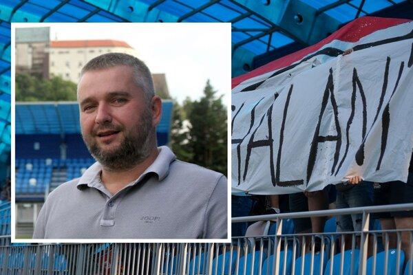 Vo výreze krízový manažér FC Nitra Ladislav Palaky a za ním transparent, ktorý ho tak veľmi rozčertil.