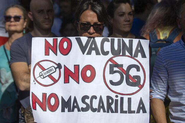 Demonštrantka na proteste v Madride proti opatreniam na zastavenie šírenia nákazy koronavírusom.