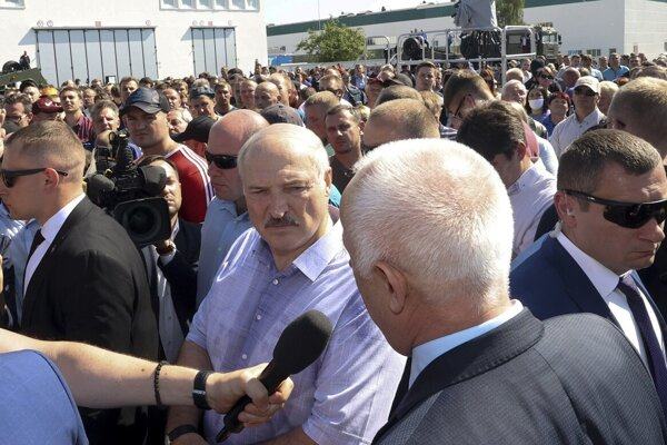 Lukašenko dnes priletel vrtuľníkom do závodu na výrobu traktorov. Hovoriť s ním mohlo iba niekoľko robotníkov.