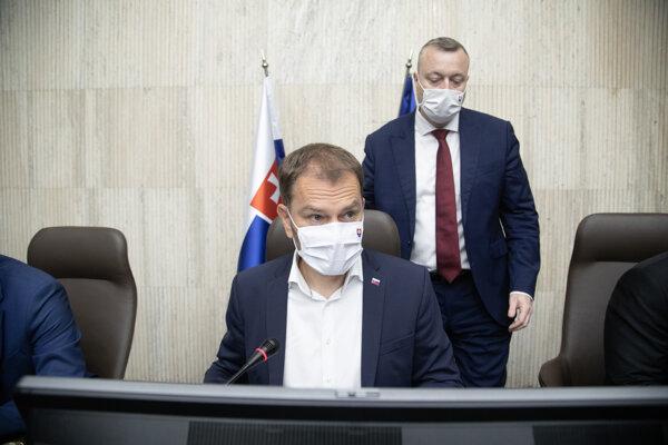 Predseda vlády SR Igor Matovič (OĽaNO) a minister práce, sociálnych vecí a rodiny SR Milan Krajniak (Sme rodina)