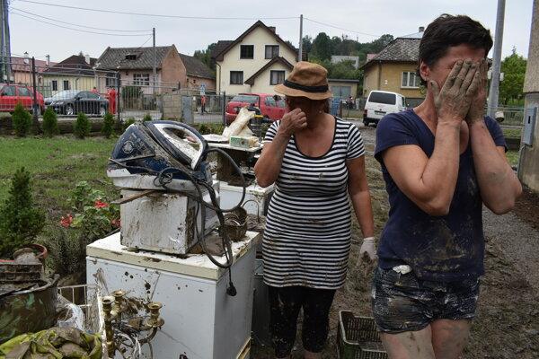 Annu Balkovú (vpravo) pripravila voda o časť majetku. Jej sestra Iveta Rebyová pomáha odstraňovať následky potopy.