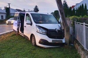 Renault skončil v plote, zlomil stĺp.