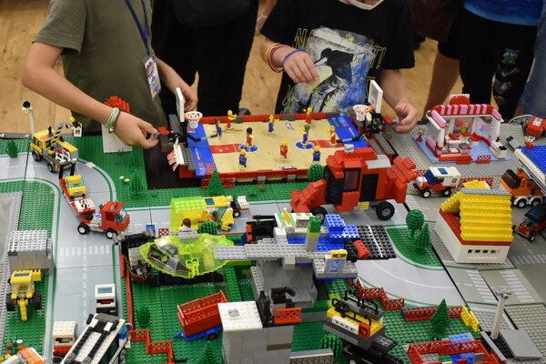 Deti sa s legom na výstave mohli aj zahrať.