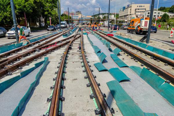 Modernizácia Dúbravsko-Karloveskej električkovej radiály. Rekonštrukcie práce prebiehajú od júna minulého roka.