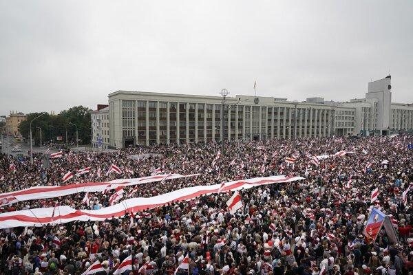 Archívna snímka z protestov v Minsku.