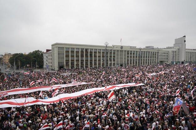 Podľa niektorých odhadov prišlo demonštrovať v nedeľu až 150-tisíc ľudí.