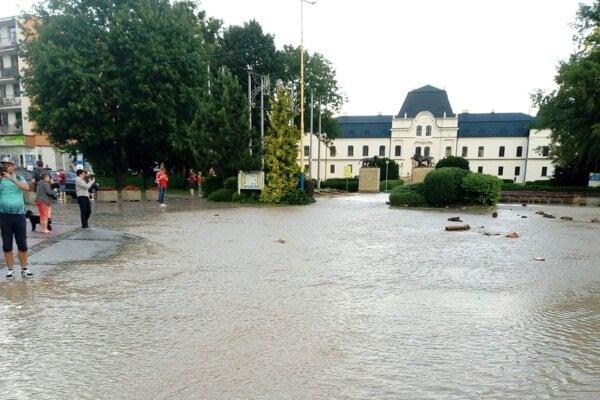 Okolie humenského kaštieľa počas záplav.