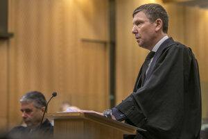 Prokurátor Barnaby Hawes počas prvého zo štyroch dní súdnych pojednávaní.