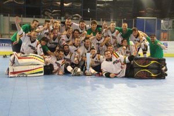 Víťazný tím Oberwill Rebells s trofejou