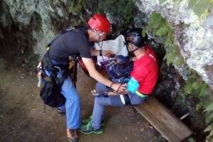 Pomoc turistovi vo via ferratovom areáli na Skalke.