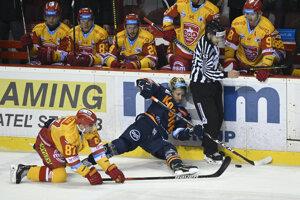 Róbert Džugan (v žlto - červenom) v súboji s Michalom Chovanom. Od novej sezóny budú spoluhráčmi.