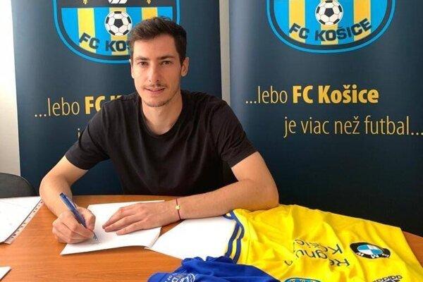 Jozef-Šimon Turík pri podpise zmluvy s FC Košice.