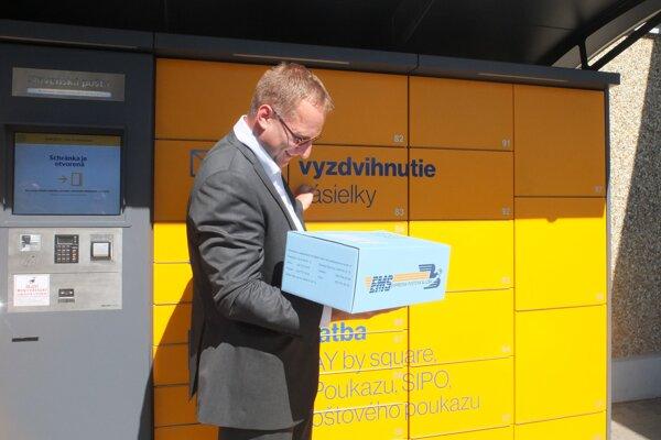 Šéf Slovenskej pošty Martin Ľupták v Žiari nad Hronom ukázal, ako balíkobox funguje.