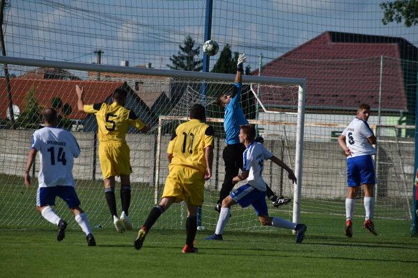 Zo zápasu Nesvady (v žltom) - Kovarce 1:0