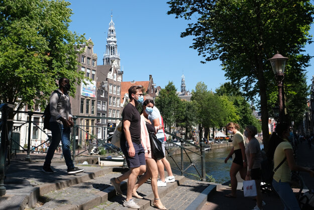 Chodci na ulici v Amsterdame 5. augusta 2020.