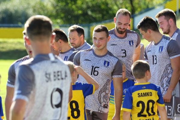 Peter Mintách (č. 16) vdrese ŠK Belá pred minuloročným pohárovým zápasom so Sereďou.