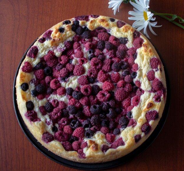 Tvarohový koláč s malinami.