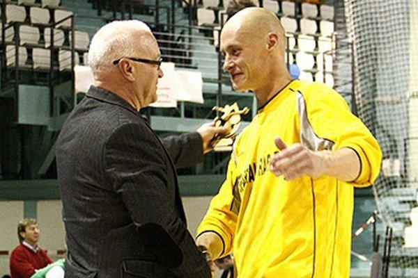 Oskár Straka chytal za Vráble od roku 2006. Na snímke s primátorom Tiborom Tóthom.