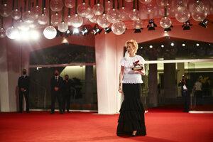 Cenu za celoživotné dielo si prebrala herečka Tilda Swintonová.