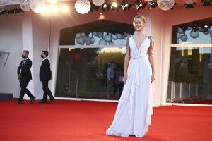 Modelka Frida Aasen v šatách značky Alberta Ferretti
